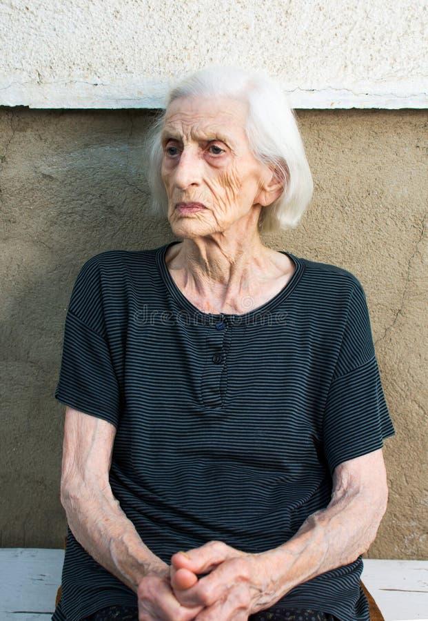 Retrato da avó idosa dos anos noventas fotografia de stock royalty free