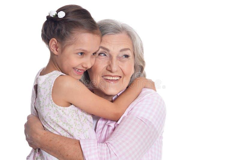 Retrato da avó que abraça com sua neta bonito fotografia de stock