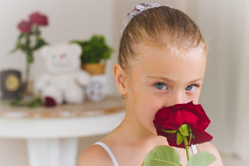 Retrato da bailarina bonito pequena no balanço imagens de stock royalty free