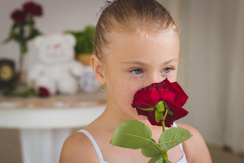 Retrato da bailarina bonito pequena no balanço fotografia de stock royalty free
