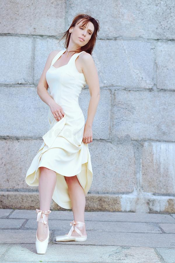 Retrato da bailarina moderna bonita fora fotografia de stock royalty free