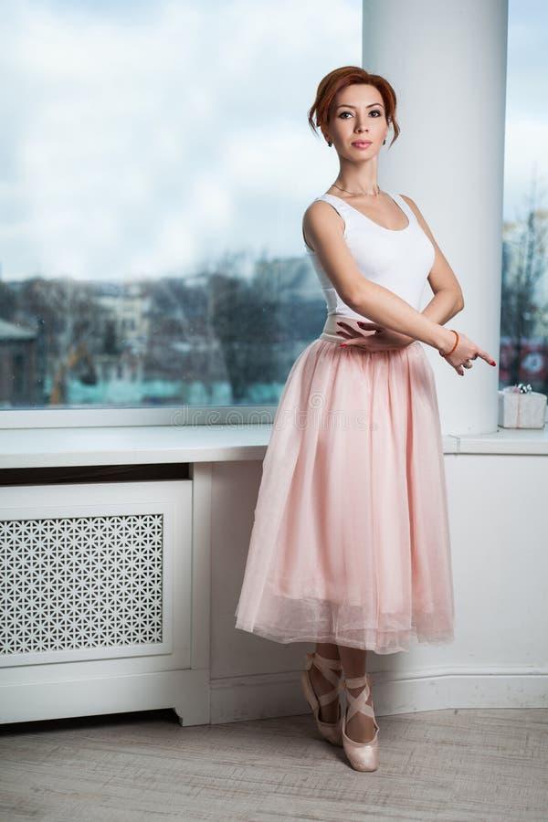 Retrato da bailarina moderna do ruivo fotografia de stock
