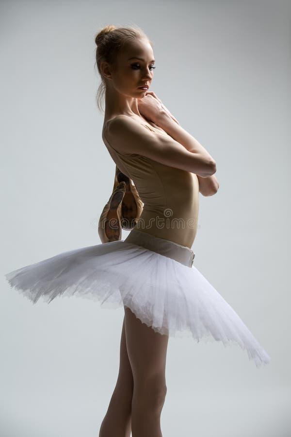 Retrato da bailarina nova no tutu branco fotografia de stock