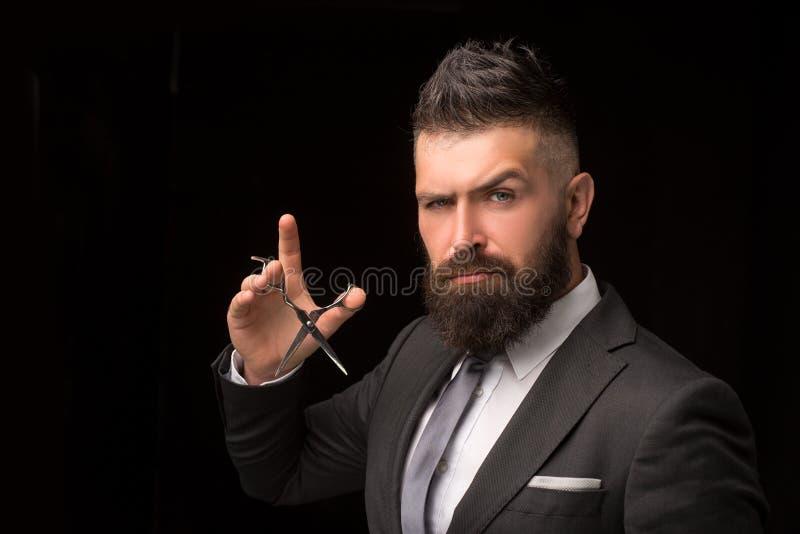 Retrato da barba à moda do homem Tesouras do barbeiro e lâmina reta, barbearia Homem farpado, homem farpado vintage fotos de stock