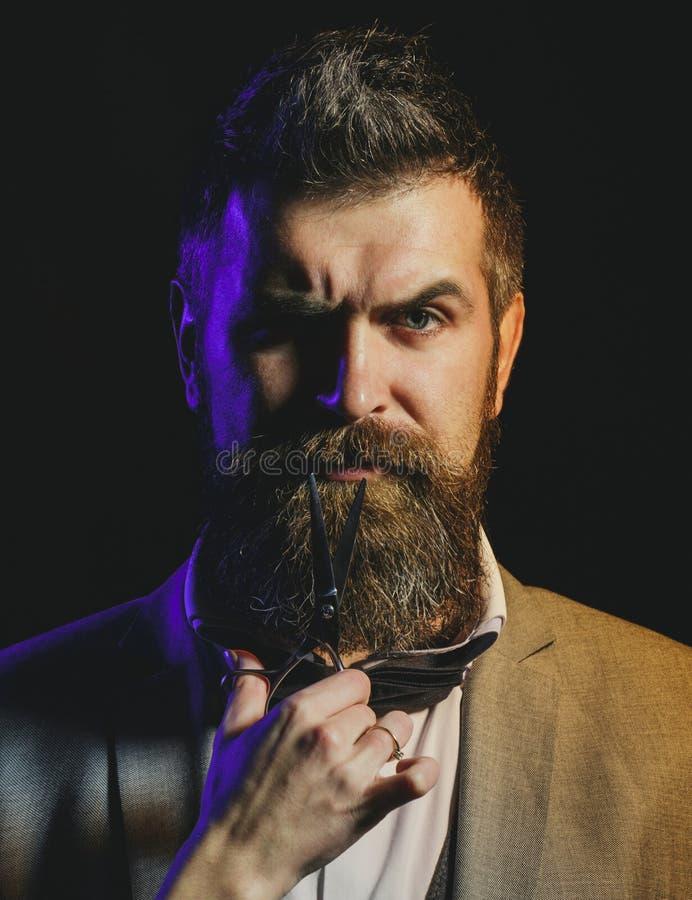 Retrato da barba ? moda do homem Homem farpado, homem farpado Tesouras do barbeiro, barbearia Barbeiro do vintage, barbeando imagem de stock