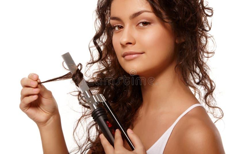Retrato da beleza com ferro de ondulação fotografia de stock royalty free