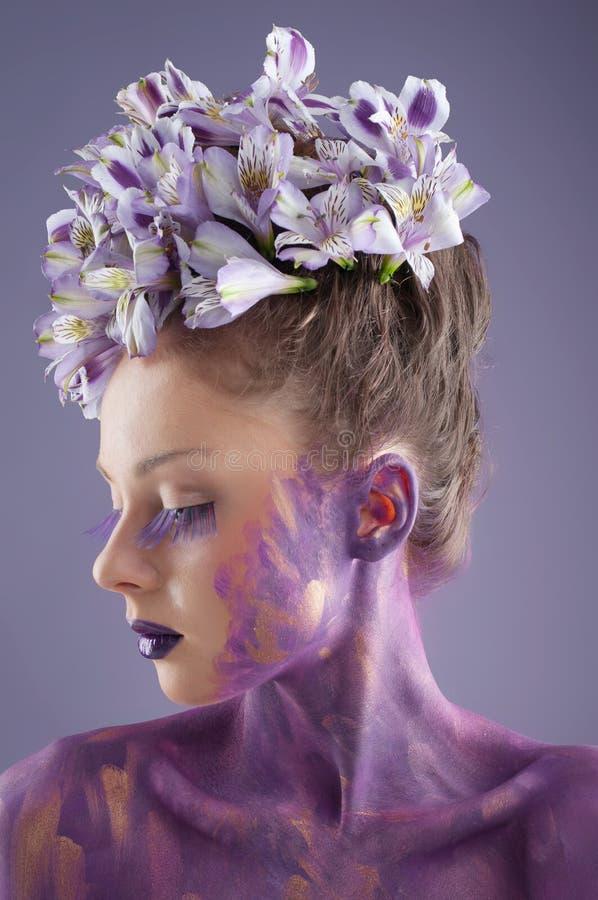 Retrato da beleza com os lírios frescos no cabelo imagens de stock royalty free