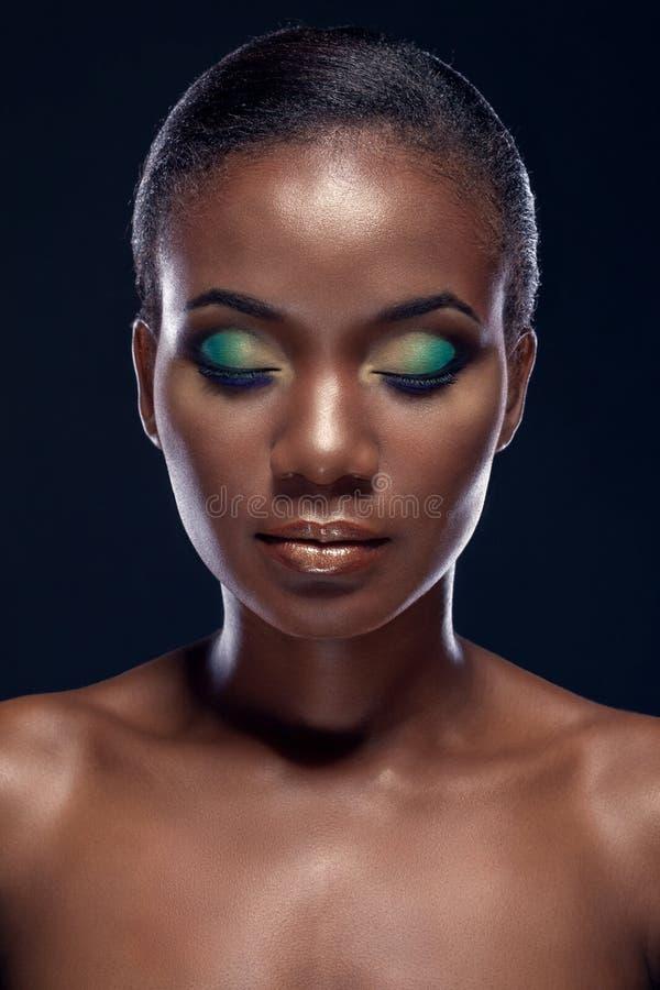 Retrato da beleza da menina africana étnica considerável com olhos fechados imagens de stock