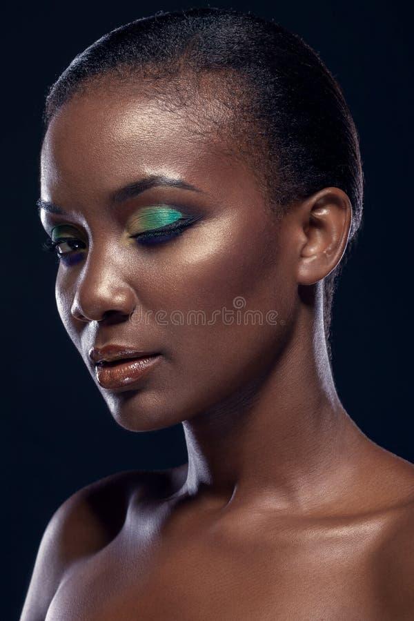 Retrato da beleza da menina africana étnica considerável, no backgro escuro foto de stock royalty free