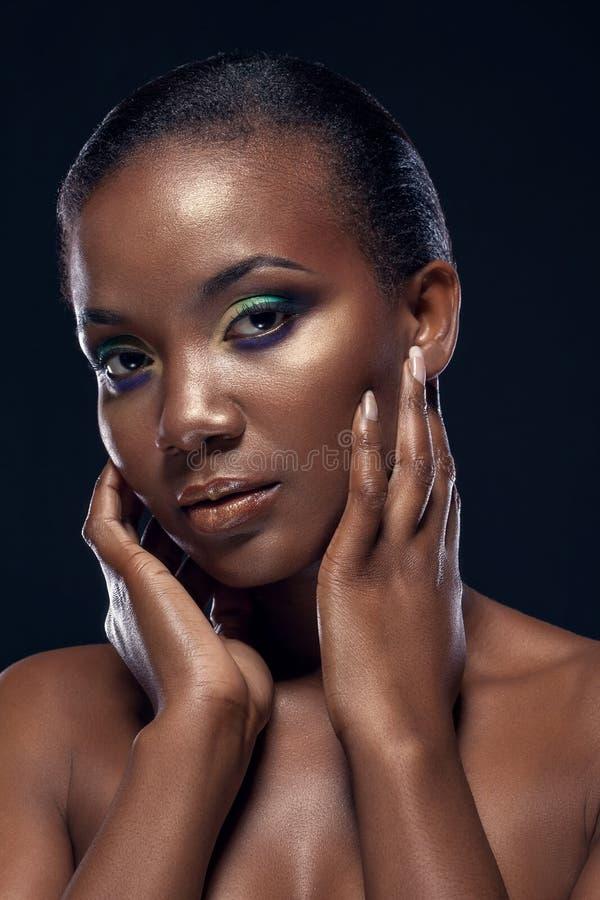 Retrato da beleza da menina africana étnica considerável, no backgro escuro imagem de stock royalty free