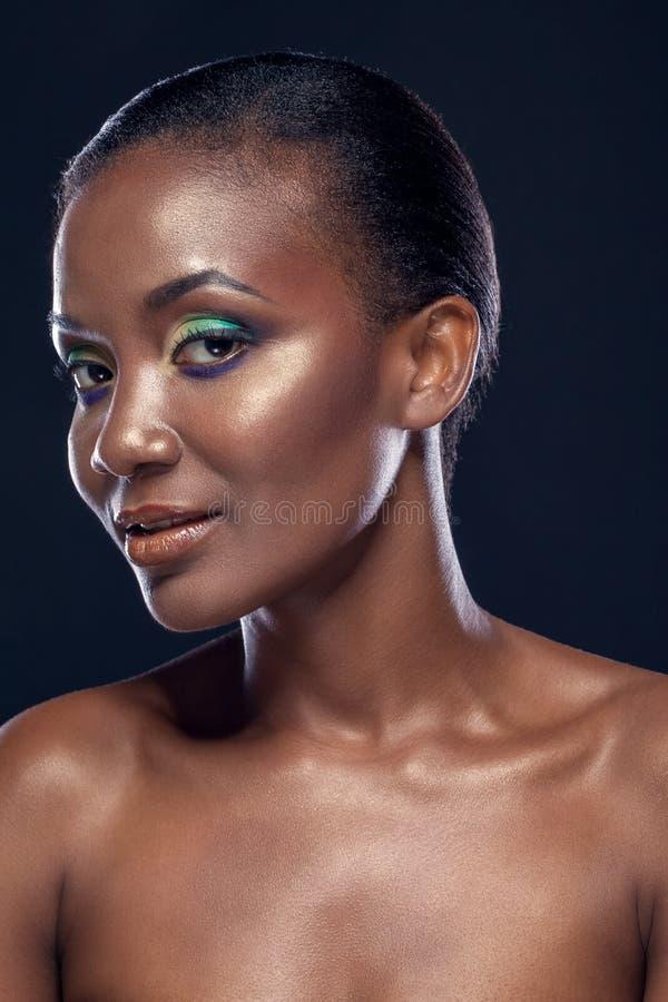 Retrato da beleza da menina africana étnica de sorriso considerável, na obscuridade fotos de stock royalty free