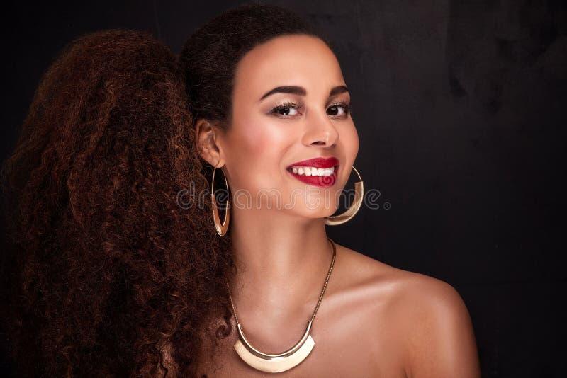 Retrato da beleza da menina afro-americano elegante imagem de stock royalty free