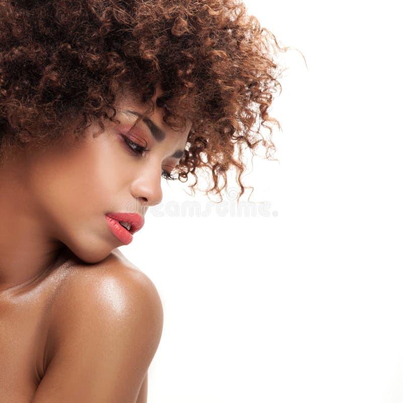 Retrato da beleza da menina com afro fotografia de stock
