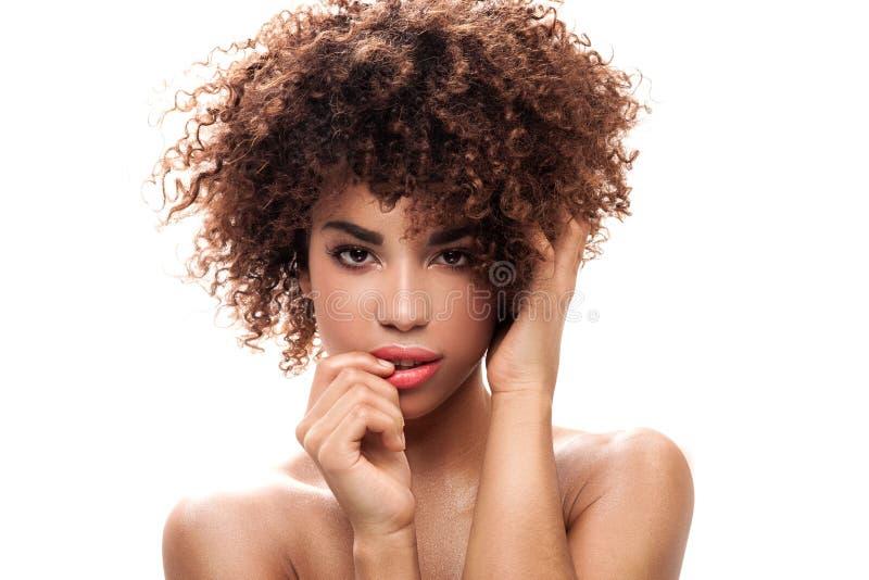 Retrato da beleza da menina com afro fotografia de stock royalty free