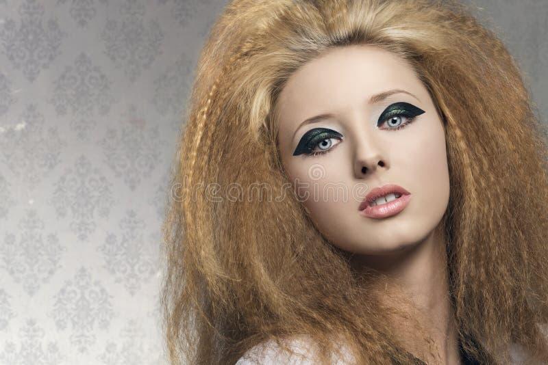 Retrato da beleza da menina com composição escura imagens de stock
