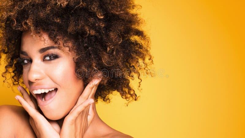 Retrato da beleza da menina de sorriso com afro imagens de stock royalty free