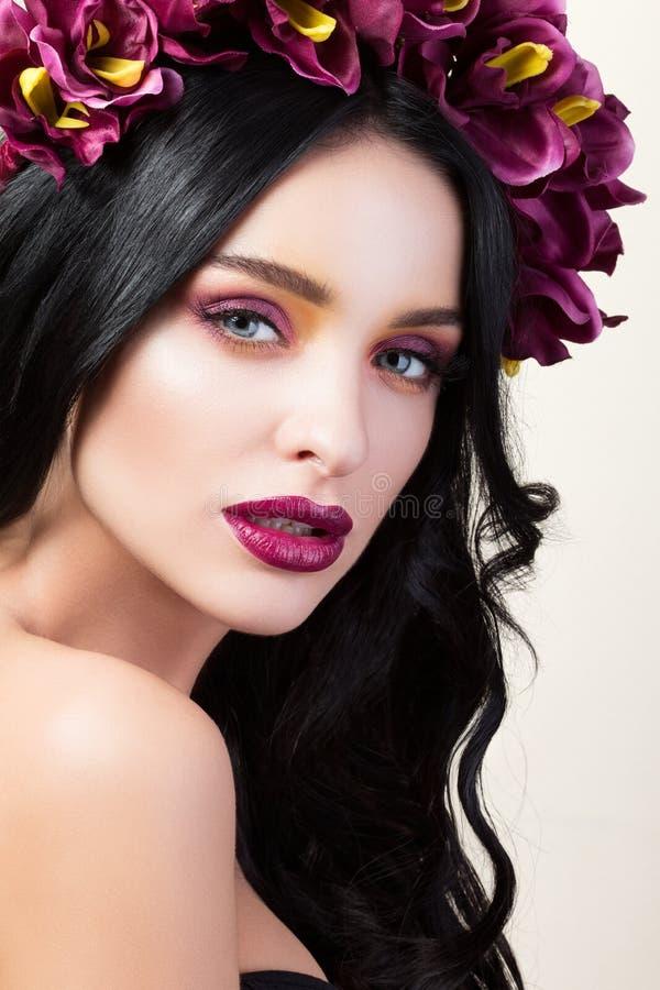 Retrato da beleza da menina moreno bonita nova imagens de stock