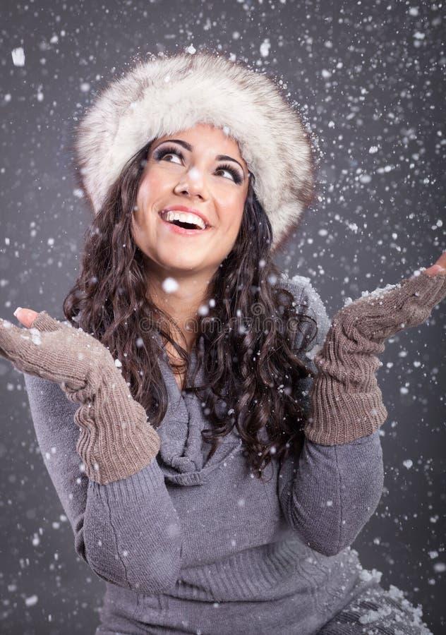 Retrato da beleza da mulher atrativa nova sobre o Natal nevado imagens de stock royalty free