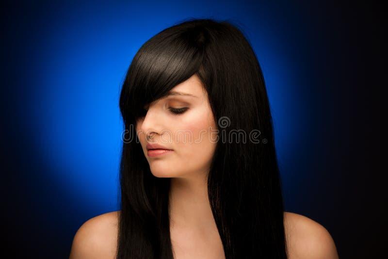 Retrato da beleza da mulher bonita com cabelo preto e olhos azuis fotografia de stock royalty free