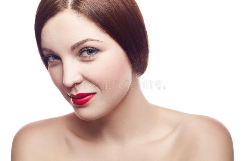 Retrato da beleza da mulher fresca alegre bonita (30-40 anos) com bordos vermelhos e penteado marrom Isolado no fundo branco fotos de stock