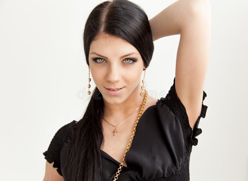 Retrato da beleza da mulher moreno nova de sorriso de cabelos compridos fotos de stock royalty free