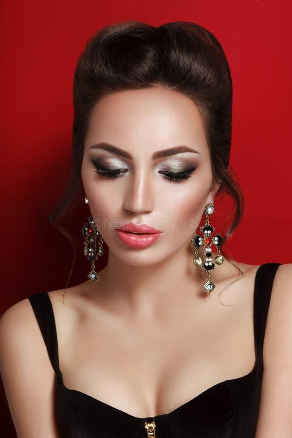 Retrato da beleza da mulher moreno nova no espartilho preto fotografia de stock royalty free