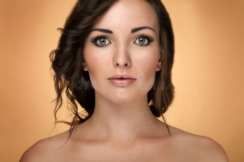 Retrato da beleza da mulher moreno sensual imagens de stock