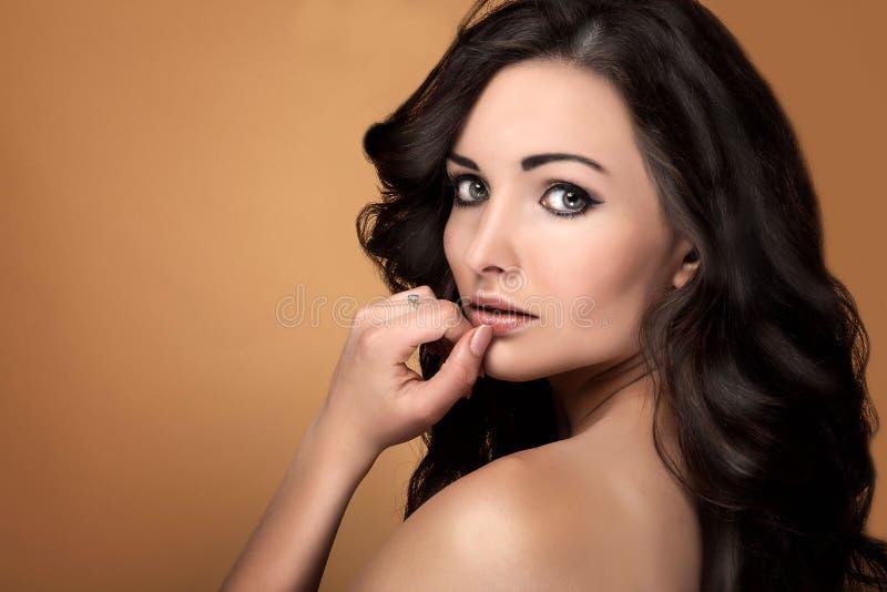 Retrato da beleza da mulher moreno sensual imagens de stock royalty free