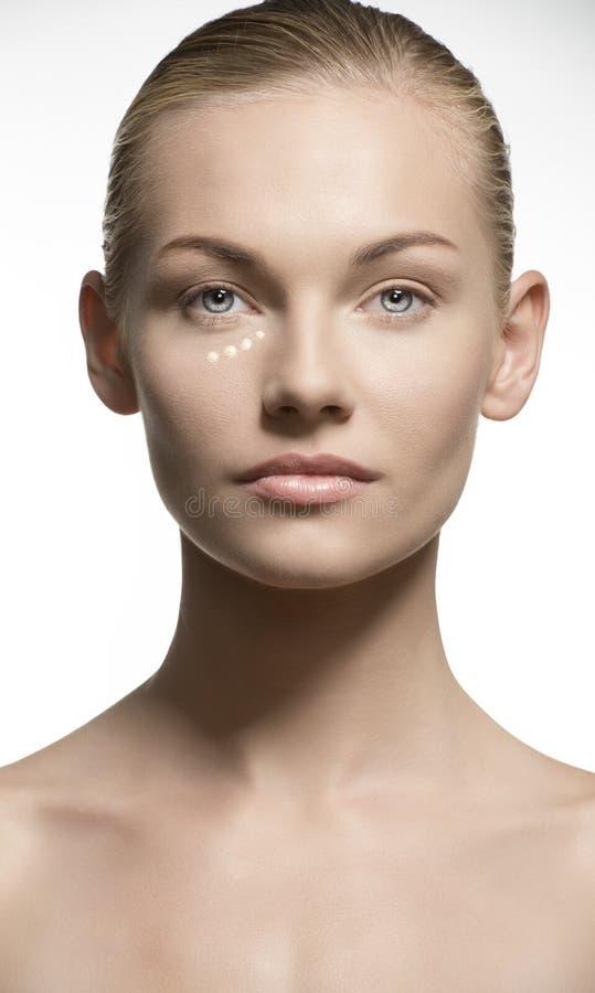 Retrato da beleza da mulher que aplica a composição fotos de stock