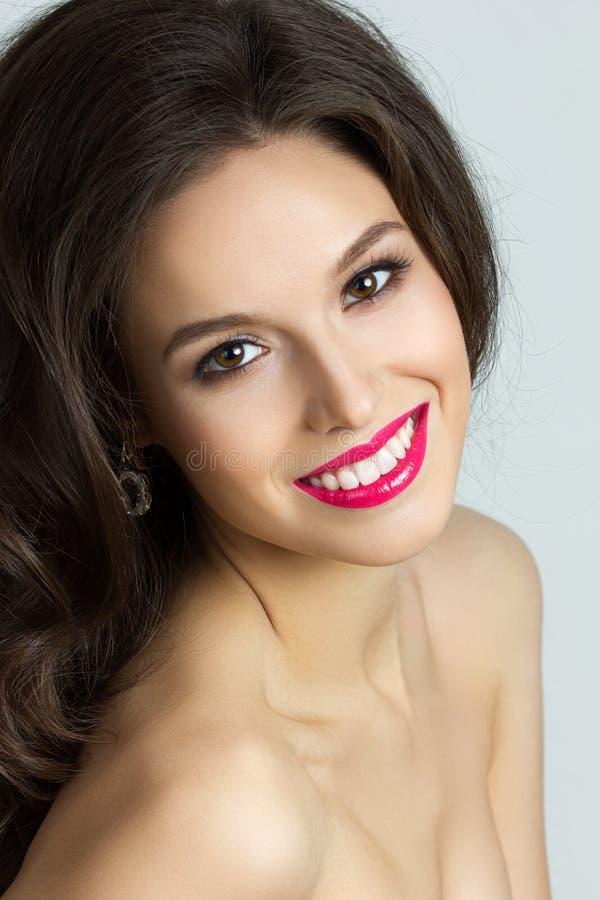 Retrato da beleza da mulher triguenha nova imagens de stock royalty free