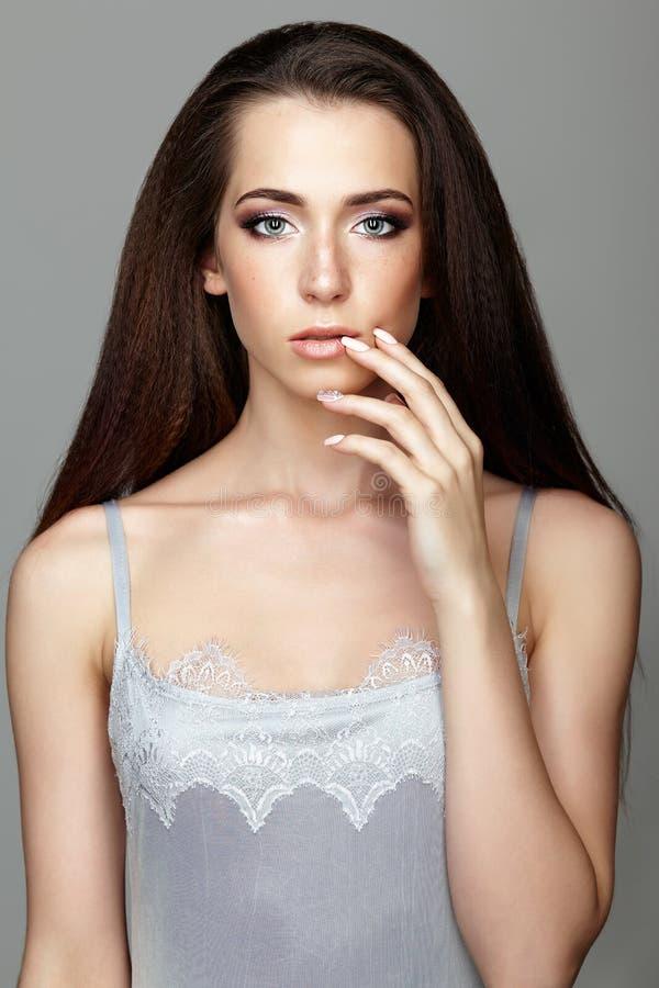 Retrato da beleza de cara tocante da jovem mulher com dedos Brune foto de stock