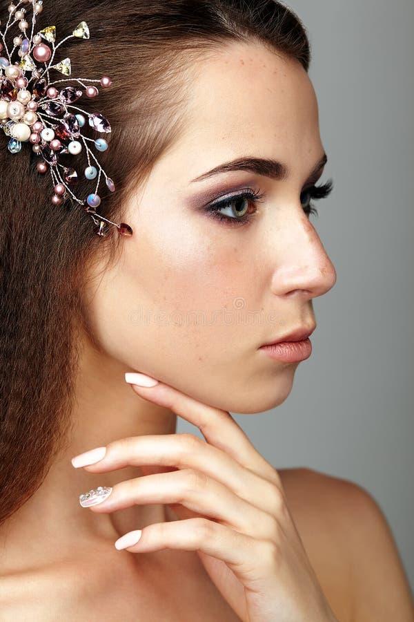 Retrato da beleza de cara tocante da jovem mulher com dedos Brune fotos de stock