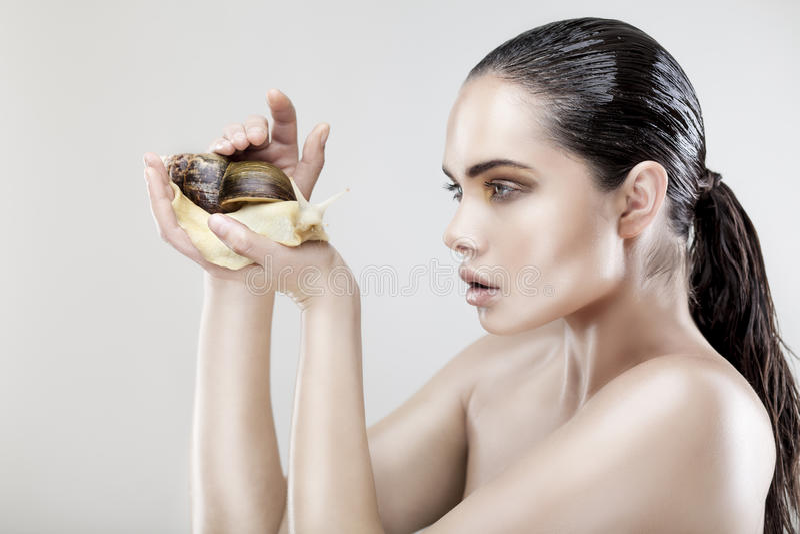 Retrato da beleza de uma jovem mulher que guardara o caracol foto de stock royalty free