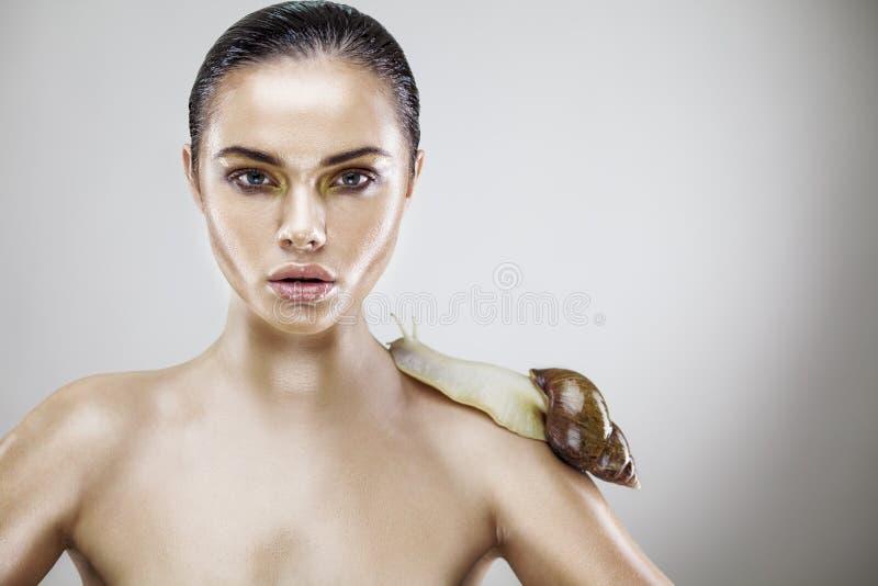 Retrato da beleza de uma jovem mulher que guardara o caracol foto de stock