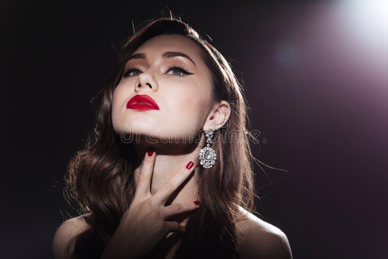 Retrato da beleza de uma mulher bonita que olha acima imagens de stock