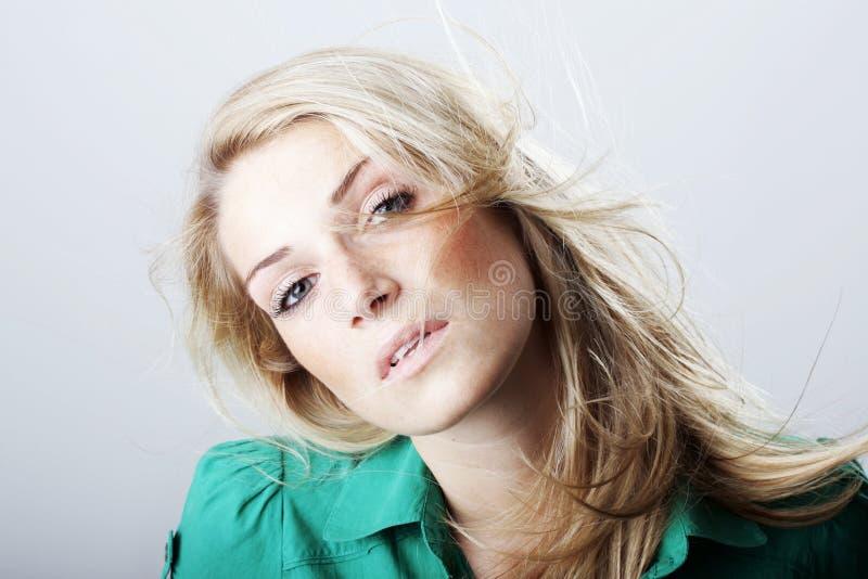 Retrato da beleza de uma mulher loura sedutor imagens de stock