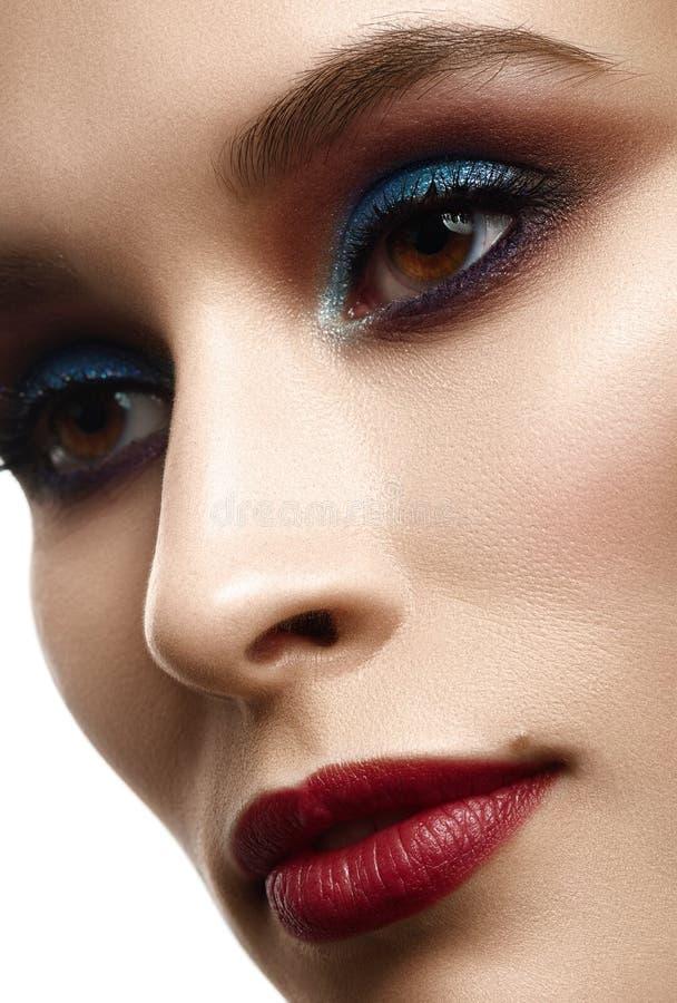 Retrato da beleza do close-up da mulher bonita nova com eveni brilhante fotos de stock