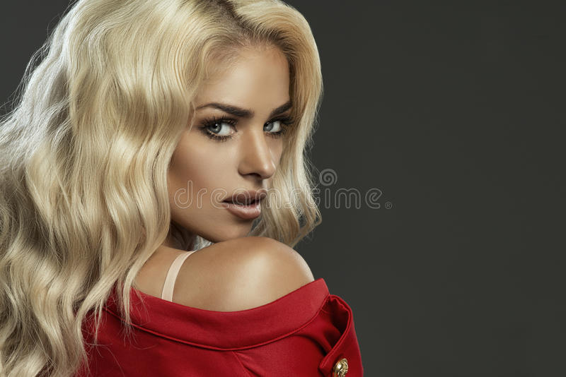 Retrato da beleza do close up da mulher loura nova foto de stock royalty free