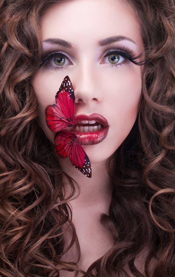 Retrato da beleza do estúdio com borboleta vermelha imagens de stock royalty free