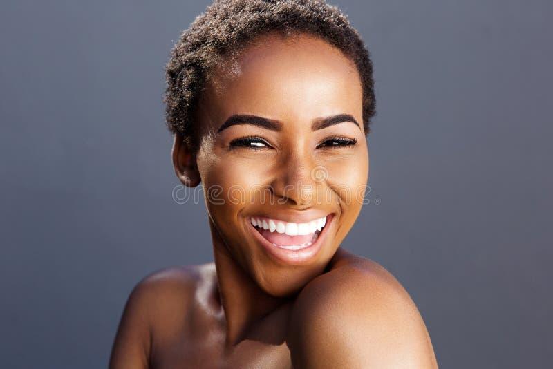 Retrato da beleza do sorriso fêmea preto do modelo de forma imagem de stock royalty free