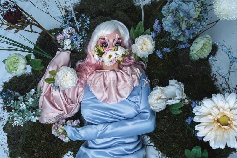 Retrato da beleza do vestido vestindo da forma da jovem mulher com penteado criativo e composição brilhante imagens de stock