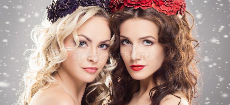 Retrato da beleza dos pares de meninas louras e morenos atrativas imagem de stock