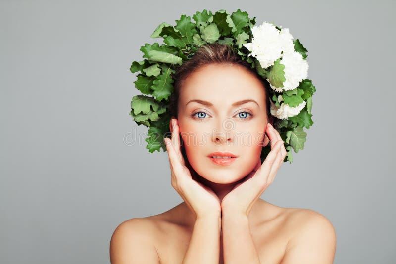 Retrato da beleza dos termas da mulher perfeita com cara e a grinalda bonitas imagem de stock