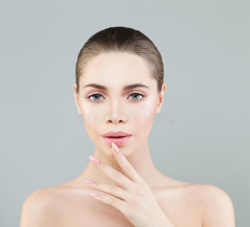 Retrato da beleza dos termas da mulher saudável com composição natural fotografia de stock