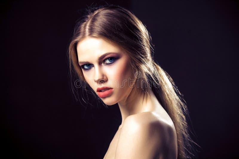 Retrato da beleza da jovem mulher atrativa com a cara bonita da pele limpa fotografia de stock royalty free