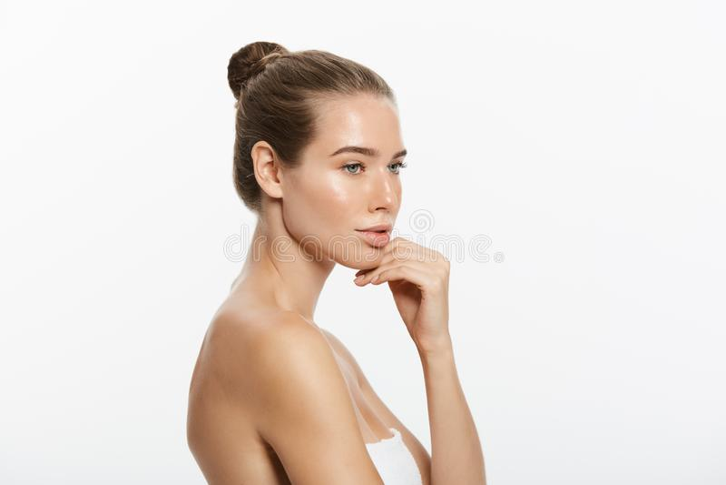 Retrato da beleza da jovem mulher bonita, isolado no branco fotos de stock royalty free