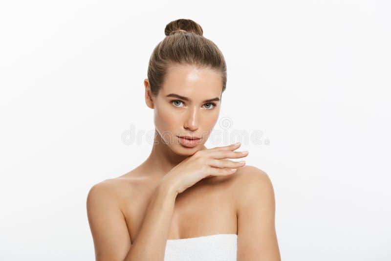 Retrato da beleza da jovem mulher bonita, isolado no branco fotos de stock