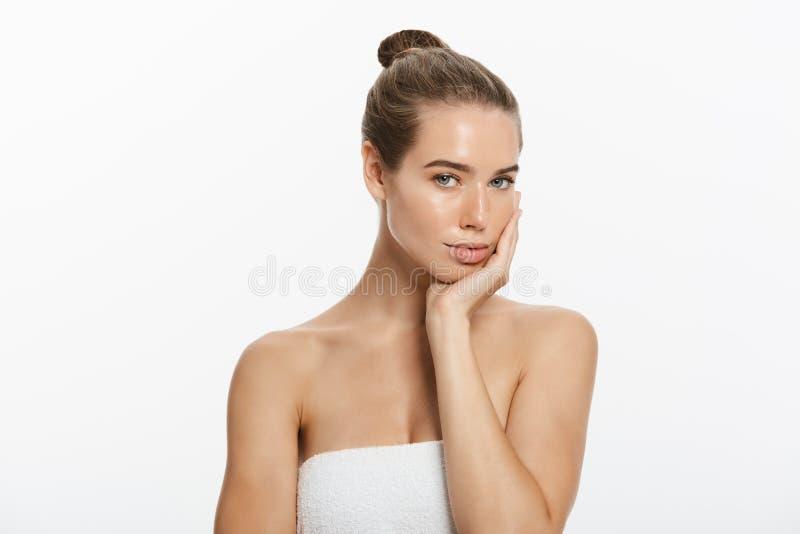 Retrato da beleza da jovem mulher bonita, isolado no branco imagens de stock royalty free