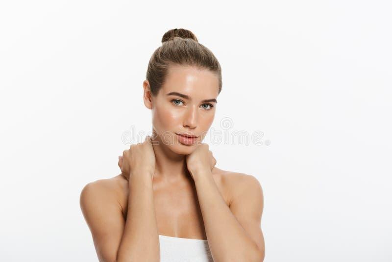 Retrato da beleza da jovem mulher bonita, isolado no branco imagem de stock