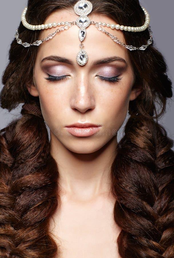 Retrato da beleza da jovem mulher com diadema Menina moreno com l imagens de stock